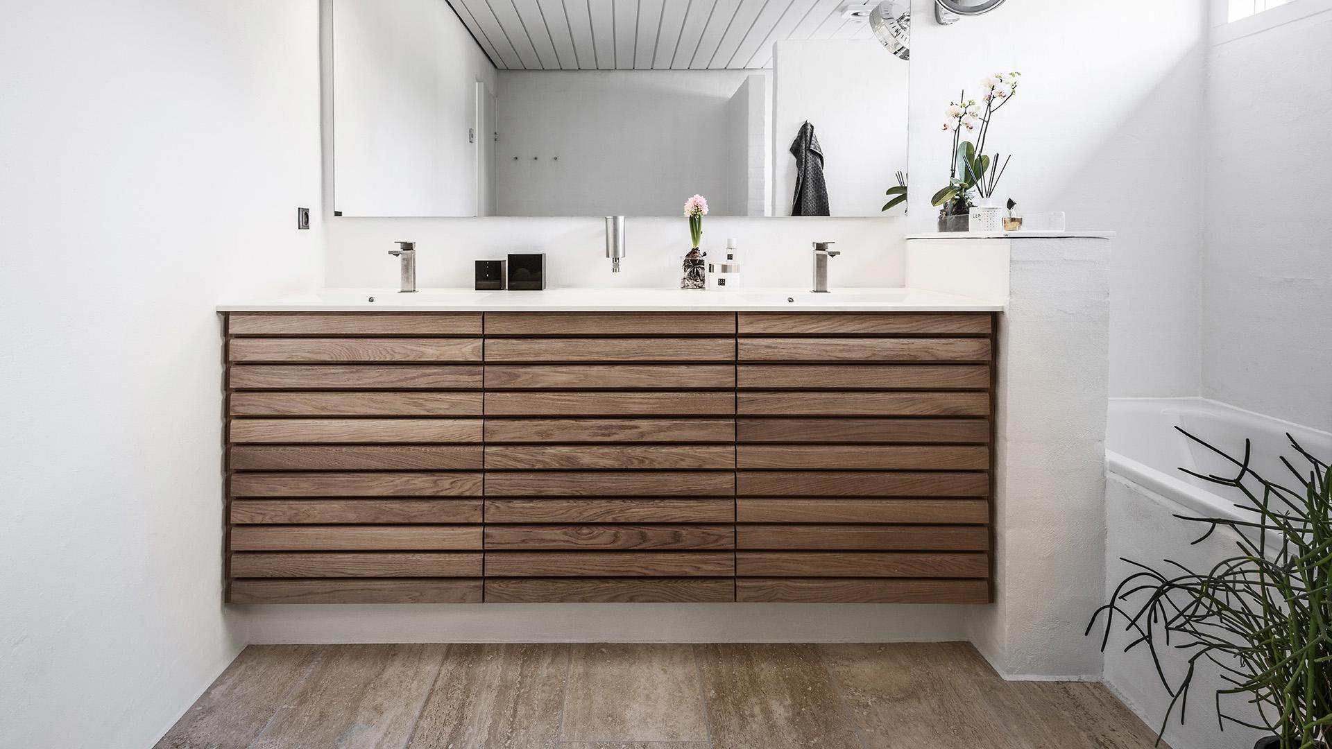 Folkekære M-line badeværelse - rene linjer i massiv træ | Tvis Køkkener DB-87