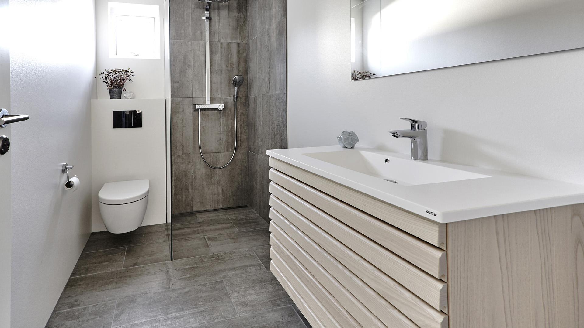 Rask M-line badeværelse - rene linjer i massiv træ | Tvis Køkkener TU-19