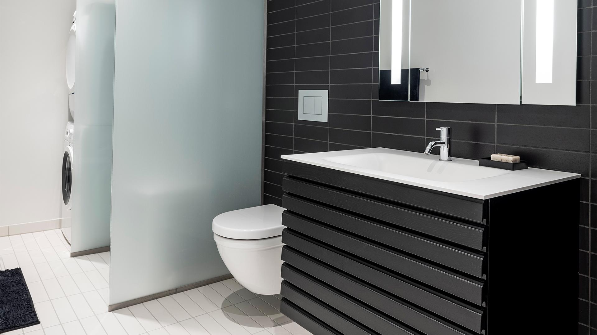 Rask M-line badeværelse - rene linjer i massiv træ | Tvis Køkkener VN-61